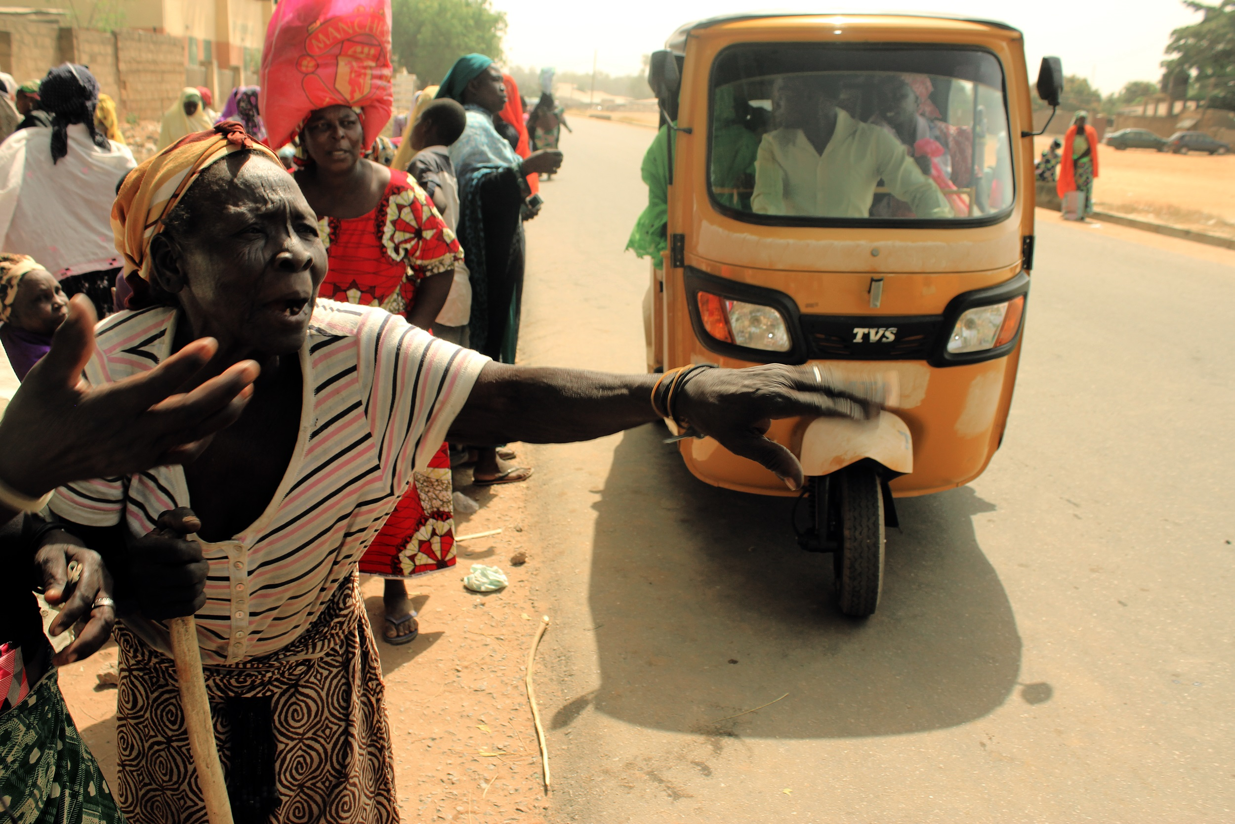 Nigerian IDPs collecting supplies