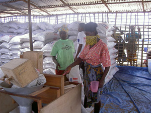 [Liberia] Woman working at a WFP food distribution center.
