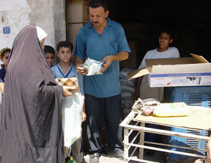 [Iraq] An Iraqi woman receives her food ration.