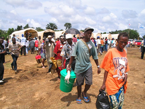 [Liberia] Liberian refugees arriving at the border point of Bo Waterside from Sierra Leone at the start of the UNHCR official repatriation programme October 1 2004.
