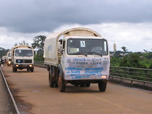 [Liberia] Convoy of UNHCR trucks carrying home the first group of 80 Liberian refugees from Sierra Leone to be repatriated under the UNHCR official programme on October 1 2004. Photo taken at international bridge at Bo Waterside.