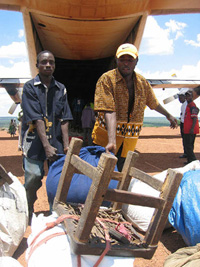 [Angola] Returnees unloading goods.