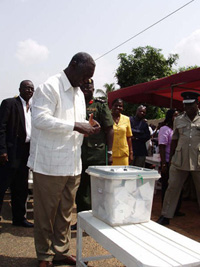 [Ghana] President John Kufuor cast his vote in Accra during the December 2004 presidential and parliamentary elections.