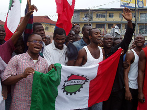 [Nigeria] Nigerian students demonstrate in Lagos during the general strike against fuel price increases on 9 June 2004.