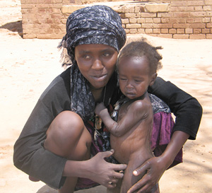 [Sudan] Malnutrition and disease are on the rise. Displaced mother and child in al-Junaynah, Western Darfur, July 2004.