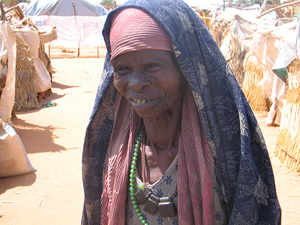 [Sudan] IDP woman on outskirts of al-Junaynah, Western Darfur, July 2004.