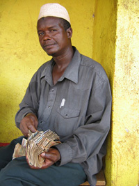 [Guinea] Foreign exchange dealer in Guinea displays his bank notes.