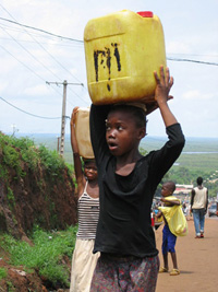 [Guinea] Most of the areas in Conakry don't benefit from water and drinking water at home, June 21, 2004.