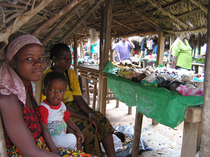 [Guinea] Liberian refugees sell goods at the Laine camp, Forest Region, June 16, 2004.