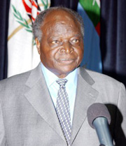 [Kenya] President Mwai Kibaki announcing the dismissal of his entire cabinet. [Date picture taken: 11/23/2005]