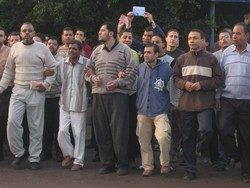 [Egypt] Muslim Brotherhood supporters demonstrate outside a polling station in Alexandria over being forbidden by riot police from casting their votes. [Date picture taken: 11/30/2005]