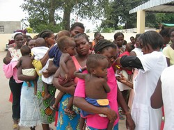 [Angola] Angolan women and children queue for tetanus shots.