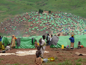 [DRC] Internally displaced people (IDPs) in a camp in Ituri, the north-eastern region of the Democratic Republic of the Congo (DRC), June 2005. The country's five-year civil war ended in 2002, but persistent ethnic fighting and revolts have continued in