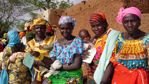 [Niger] Mothers with hungry children lining up at distribution site in Taoa for food handouts