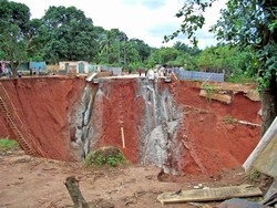 [Nigeria] Seasonal rains have compounded erosion in the town of Ekwulobia, southeastern Nigeria, 1 August 2006. Ecological problems including floods, soil and gully erosion and landslides have been experienced in the area. [Date picture taken: 08/01/2006]