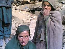 [Pakistan] Atrjan finds it difficult to take care of her six children after her husband was killed in the 8 October quake. [Date picture taken: 12/20/2005]