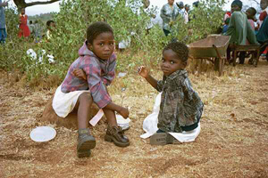 [Swaziland] Swazi children live in poverty due to AIDS and drought. [Date picture taken: 05/20/2003]