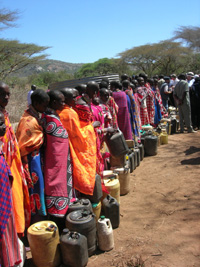 [Kenya] Women queue for water in a drought-stricken district of Kenya. [Date picture taken: 02/23/2006]