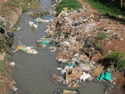 [Kenya] Open sewers and garbage are everywhere in Nairobi's Kibera slum. [Date picture taken: 03/17/2006]