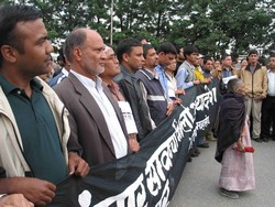 [Nepal] Nepalese journalists forced to organise peaceful demonstrations in the streets to protest against the state control over press freedom. [Date picture taken: 04/10/2006]