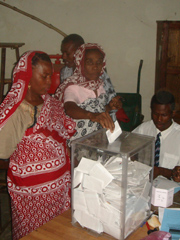[Comoros] A voter casts her ballot. [Date picture taken: 04/16/2006]