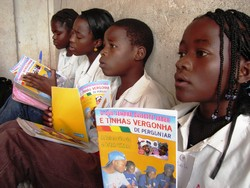 [Angola] AIDS prevention and sex education target children and teenagers. [Date picture taken: 11/02/2005]