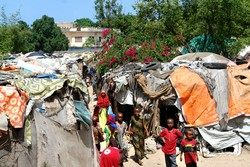 [Somalia] Internally displaced Somalis in makeshift shelters in Mogadishu, June 2006. Many complain that since the Islamic Courts took control several weeks ago, their plight has not yet been addressed. [Date picture taken: 06/20/2006]