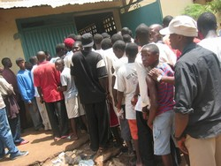 [Guinea] A queue to buy cut-price rice at a store in Guinea, Conakry. [Date picture taken: 06/30/2006]