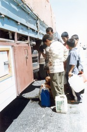[Iraq] Refugee children looking for water. [Date picture taken: 07/05/2006]