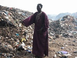 [Senegal] Siam Gueye taking his daily stroll in the Mbeubeuss rubbish dump outside Dakar. [Date picture taken: 07/23/2006]