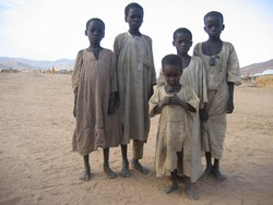 [Chad] Chadian children sheltering at an IDP camp near Goz Beida, eastern Chad, after militia attacks on their village. [Date picture taken: 06/28/2006]