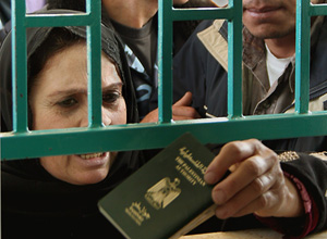 [Gaza] Palestinians crossing between the Gaza Strip and Egypt after the re opening of Rafah Border 28 November 2005. Palestinians were able to leave fenced-in Gaza without having to submit to Israeli security checks.