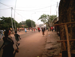 [Guinea] Guineans protesting against President Conte flee shooting by the army in central Conakry. [Date picture taken: 01/22/2007]
