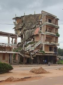[Angola] A house in ruins in Kuito, Angola December 2006.