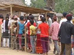 [Nepal] Residents of the Khundunabari Bhutanese refugee camp in Nepal's southeastern Jhapa district line up to register. There are an estimated 107,000 Bhutanese refugees in the country. [Date picture taken: 19/04/2007]
