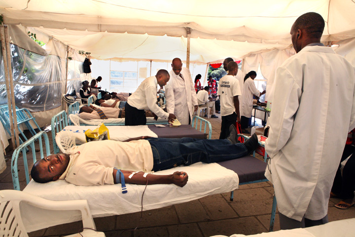 Kenyans donate blood in a tent organised by the Kenya Red Cross Society at the Bomb Blast Memorial Park in Nairobi, 31 January 2008. More than 800 people have been killed and many more injured in post-election violence.