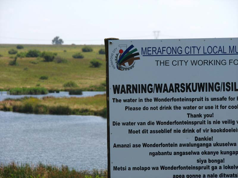 A warning sign that the water is unsafe.