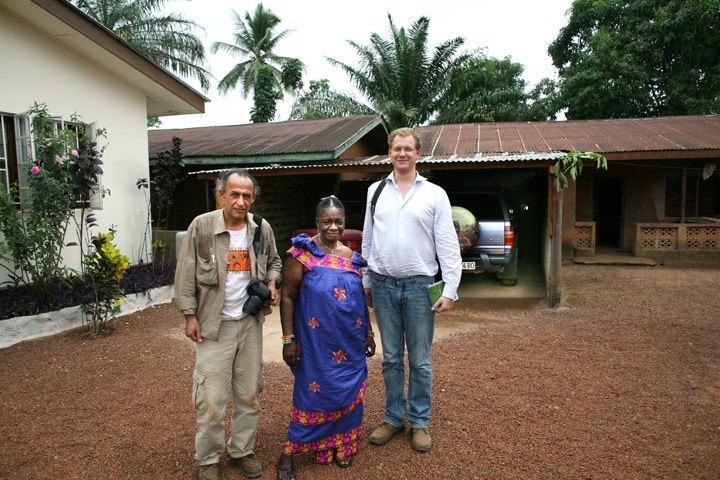 Manoocher DEGHATI (Left) head of Irin Photo unit and Nicholas Reader (Right) stand with Paramount chief Mrs. Hawa Kpanabom (Center) in Sierra Rutile area, some 250 km from Free Town, capital city of Sierra Leone. February 2008.