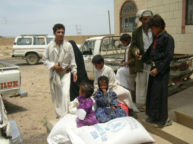 Saada residents receiving WFP food assistance.