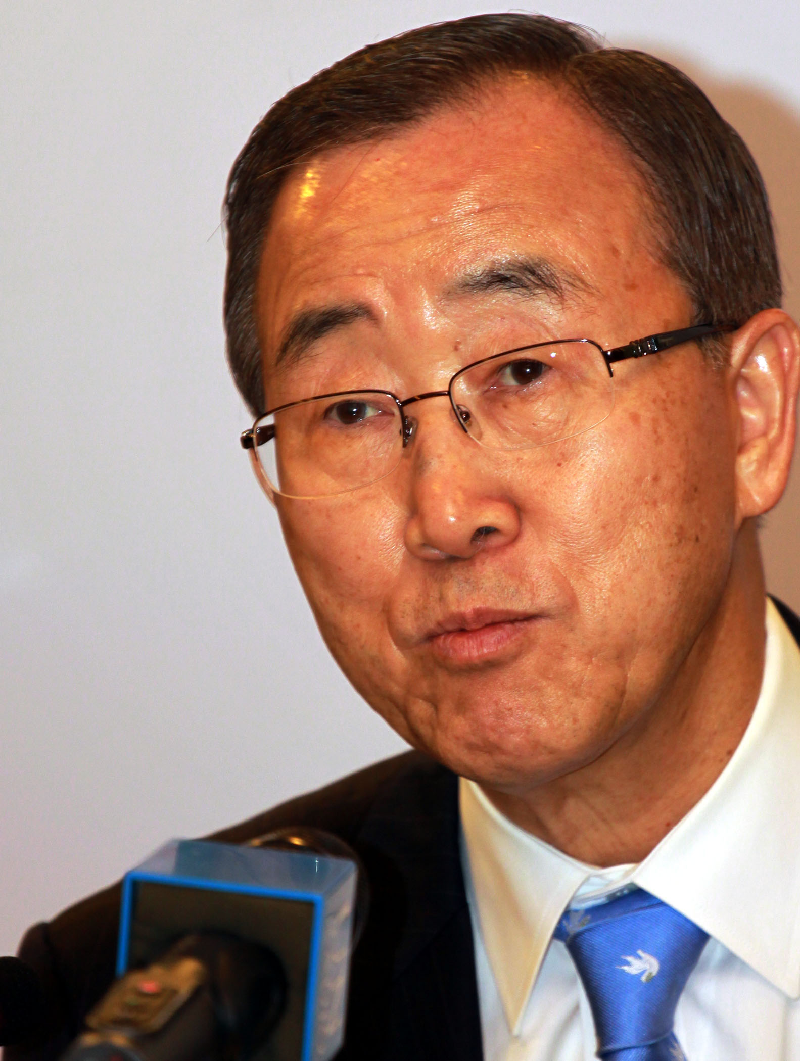 UN Secretary-General Ban Ki-moon addresses the press at the Global Forum on Migration and Development in Manila on 28 October 2008.