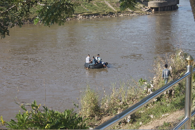 Illegal migrants crossing the Moie River illegally into Thailand