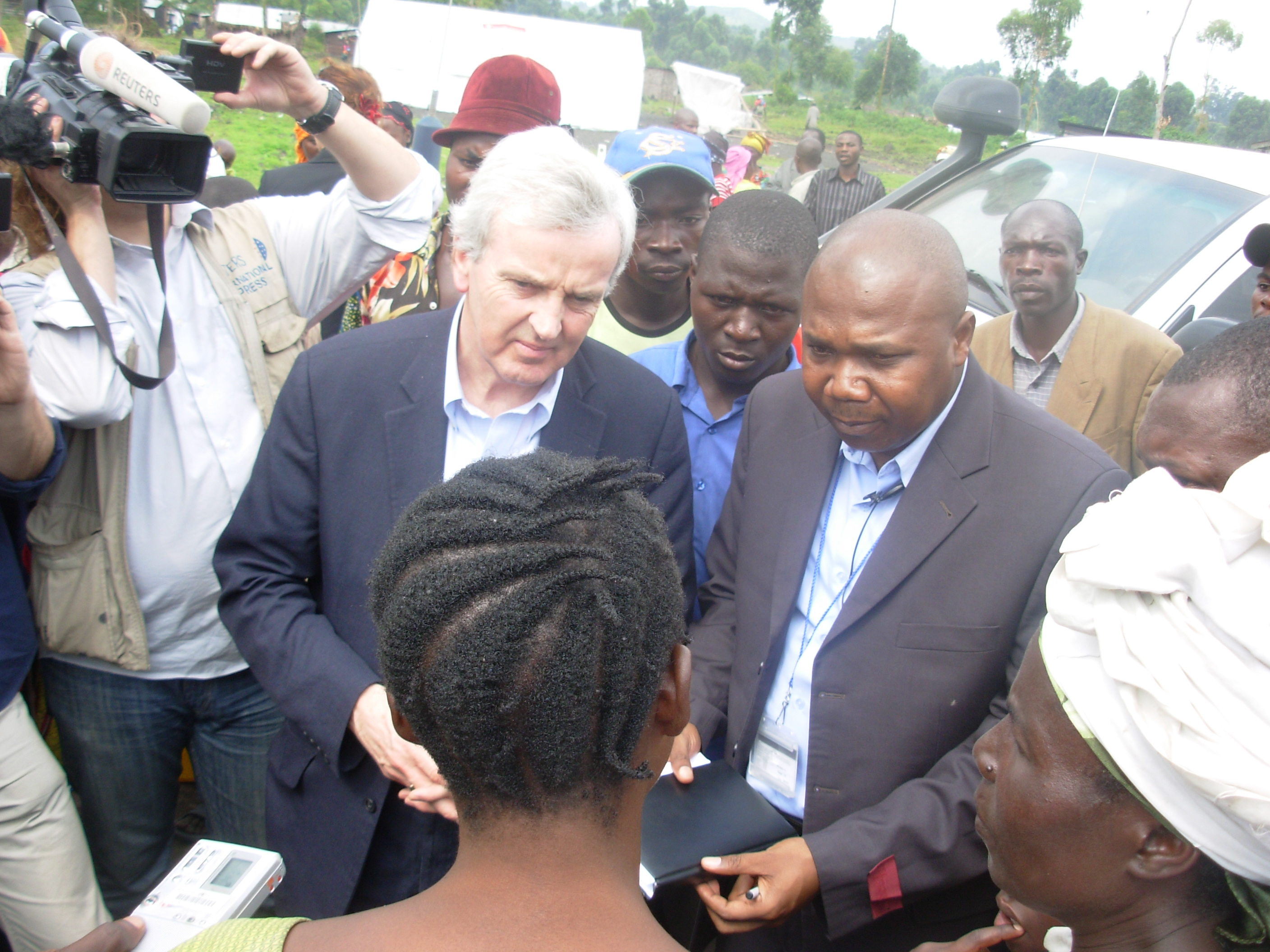 The Under UN general secretary, John Holmes, discussing on Saturday 7th February 2009 with IDPs in Kibati camp, Nord-Kivu