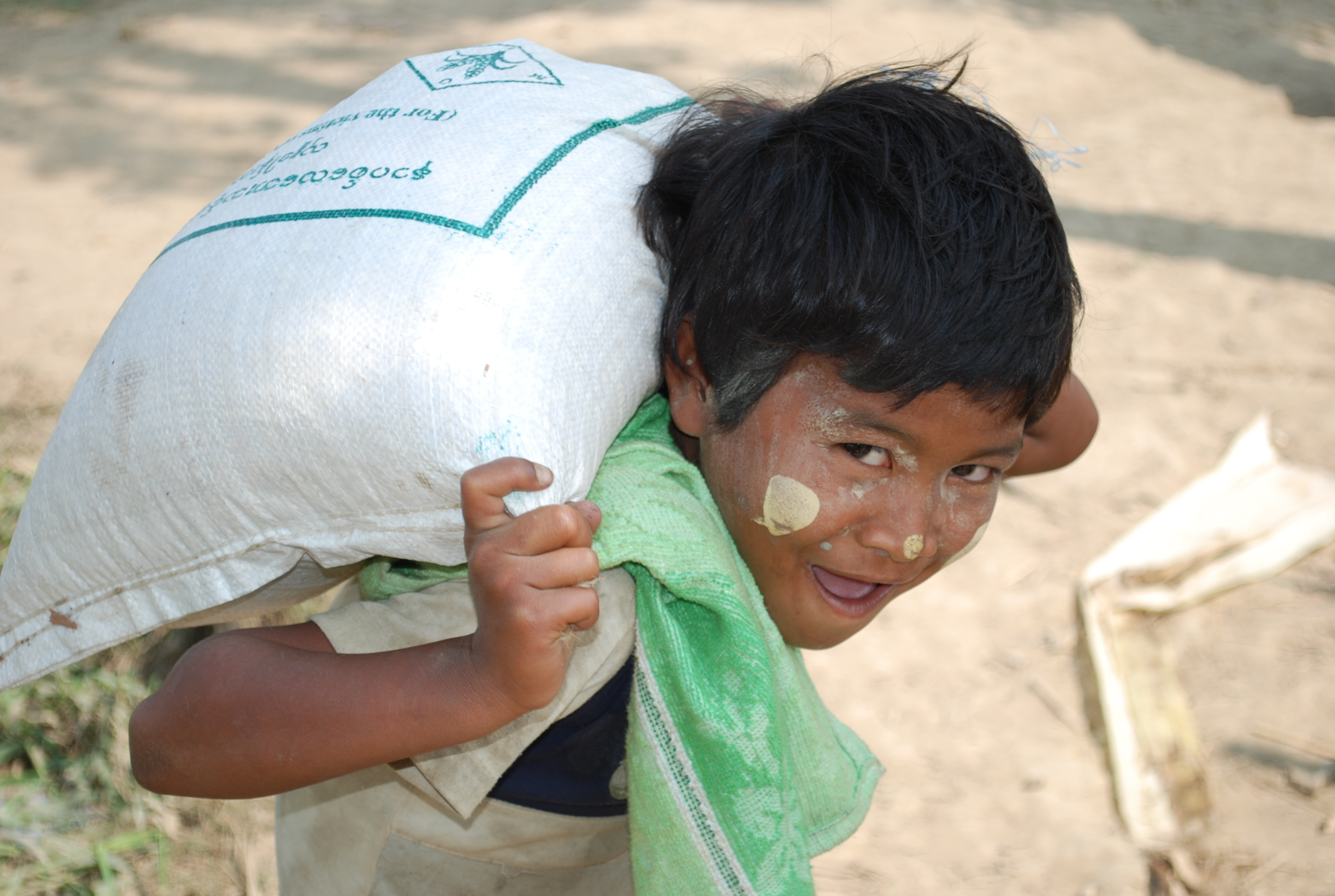 Following a food aid distribution, a young boy happily carries a bag of rice home. With emergency funding from the European Commission Humanitarian Aid department (ECHO), the UN World Food Programme reports it has reached nearly one million people in the