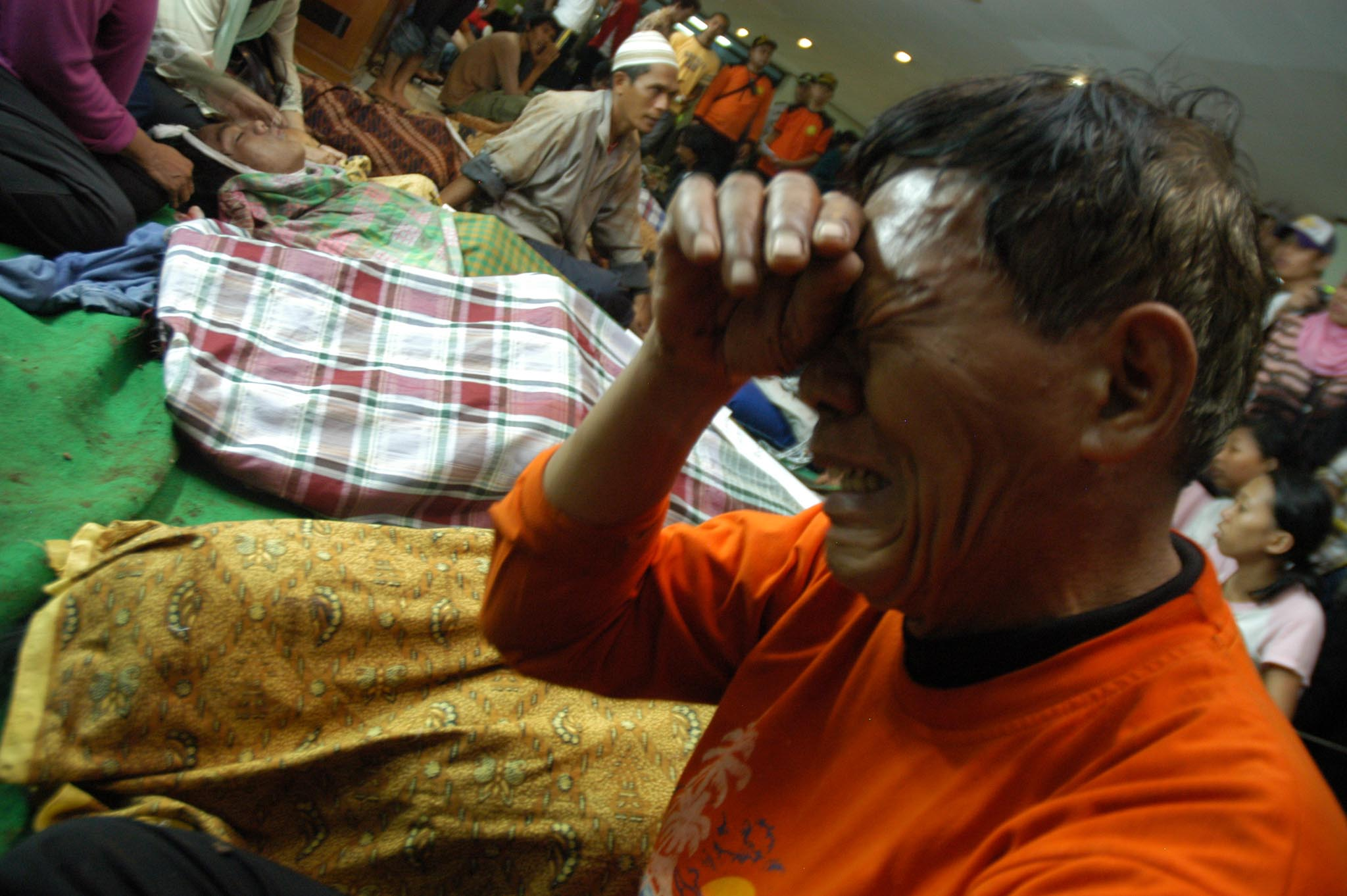 At least 50 people were killed and scores more were injured when a dam burst outside Jakarta on 27 March 2009, impacting at least 2,000 people in the industrial town of Cirendeu in Tangerang, Baten Province. At least 400 homes were affected.