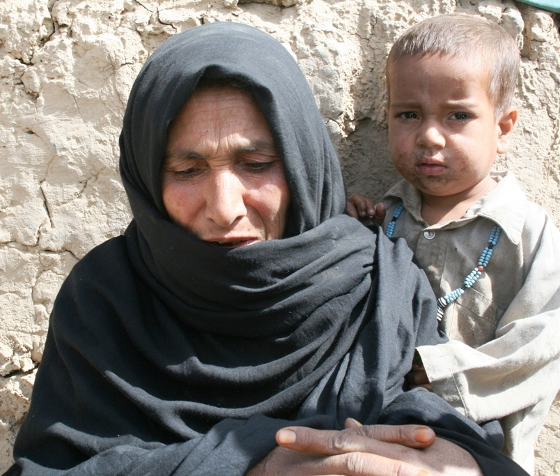 An IDP woman with her child in Kabul