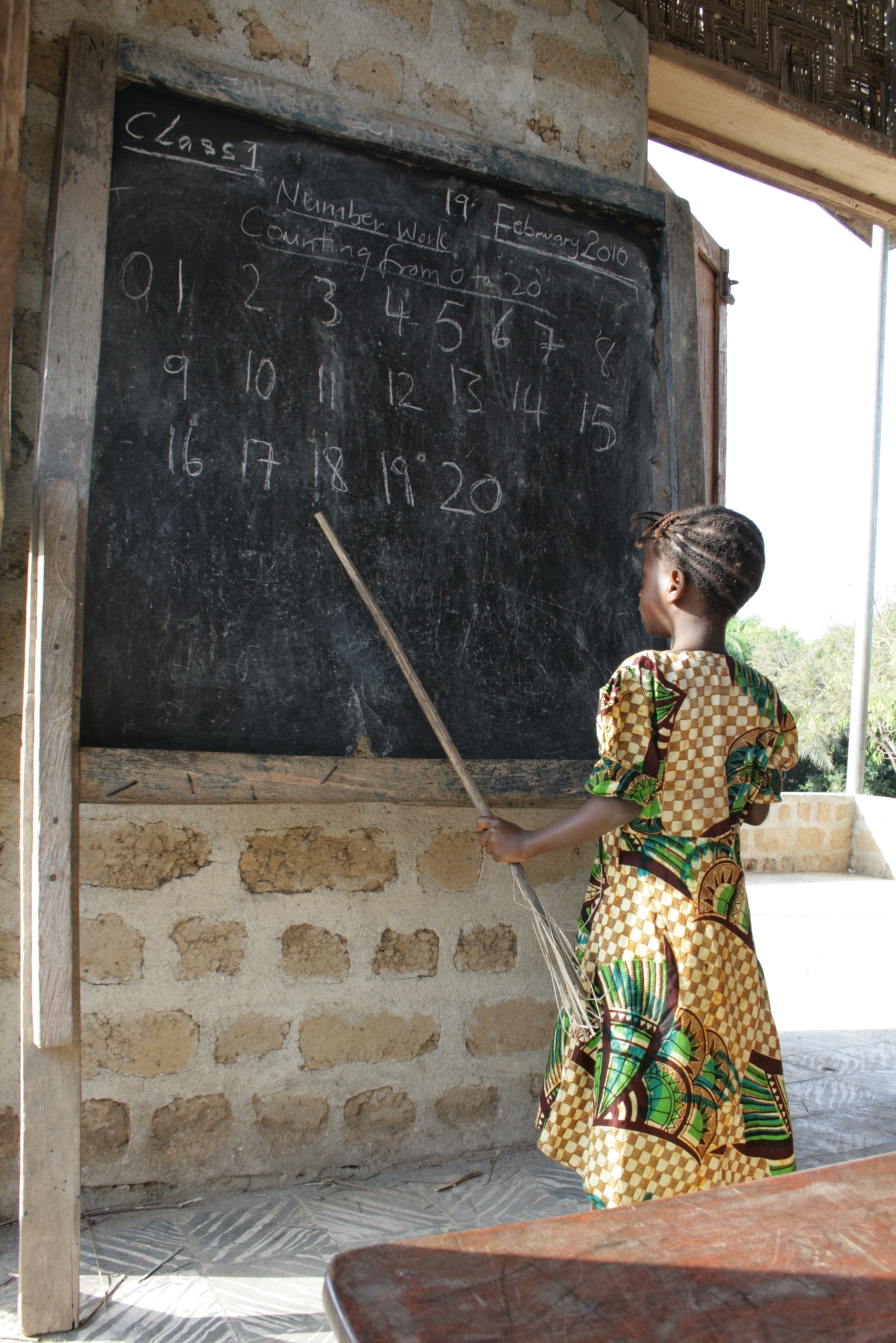 Girl counts and classmates repeat at a UNICEF-supported school in Makeni, Sierra Leone. February 2010