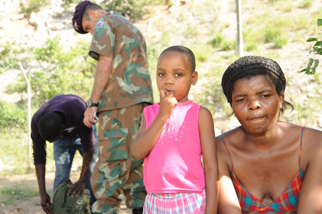 South African soldiers apprehend illegal migrants from Zimbabwe