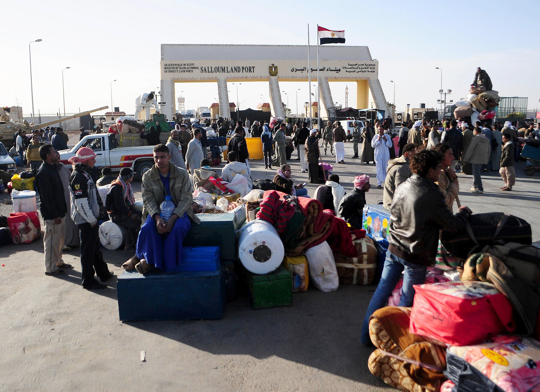 Egyptians and foreigners throng Salloum Land Port, the main border point between Egypt and Libya