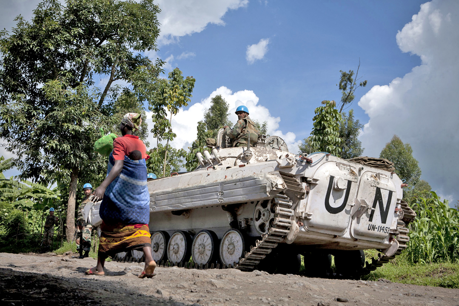 A Congolese woman and her child walk past a UN peacekeepers' base near Bunagana, eastern DRC (May 2012)