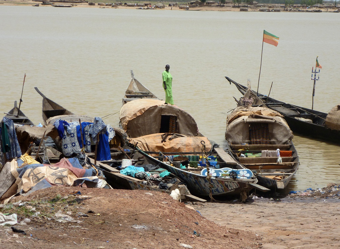 Food aid is transported by boat to IDPs living outside of Mopti town in Mopti region and to people who remained in northern territories